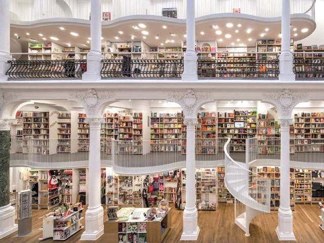 Εκεί όπου Άρλεκιν και μη ανακατεύονται- το βιβλιοπωλείο είναι το Cărturești Carusel, στο Βουκουρέστι.