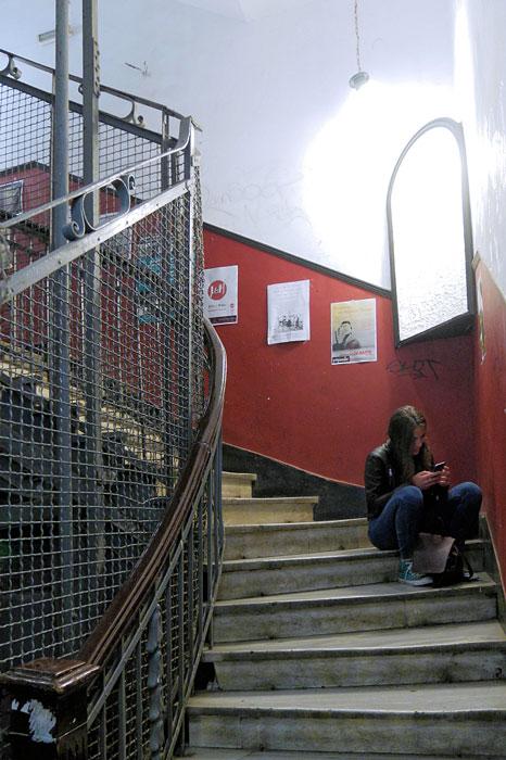 κορίτσι στην σκάλα