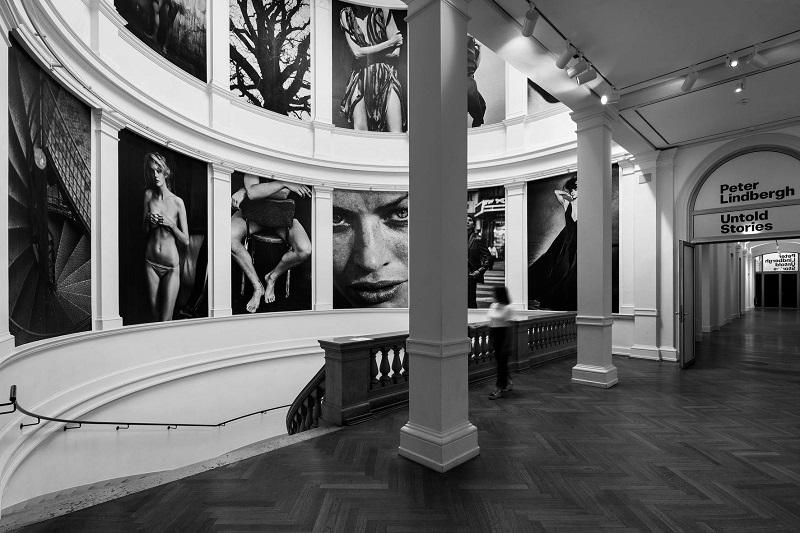 """Από την έκθεση """"Untold Stories"""", που έλαβε χώρα το τρέχον έτος, στο μουσείο τέχνης του Αμβούργου. Η έκθεση συνεχίζεται στο αντίστοιχο μουσείο του Dusseldorf."""
