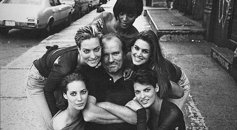 O Peter Lindbergh μαζί με τα super models του, στο τέλος της φωτογράφησης για ένα από τα πιο πετυχημένα εξώφυλλα της Vogue UK.