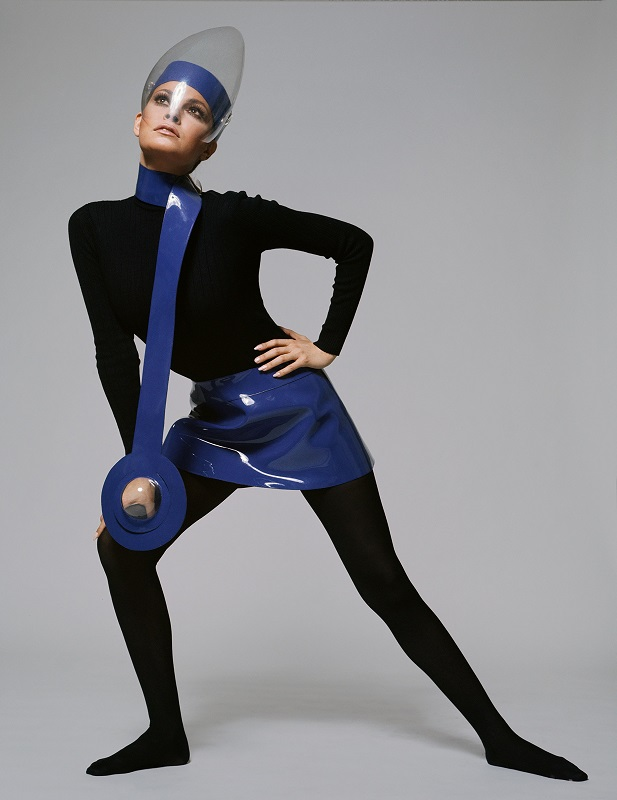 Η ηθοποιός Rachel Welch ποζάρει το 1970 με ότι πιο μοντέρνο για την εποχή.