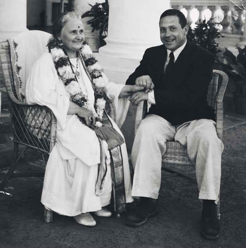 Η Μαρία Μοντεσσόρι με τον γιο της Μάριο στην Ινδία