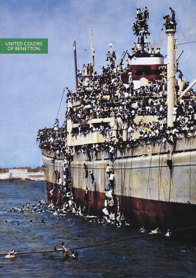 Bari, Αύγουστος 1991, πλοίο Vlora, 10.000 απεγνωσμένων Αλβανών μεταναστών στην προσπάθεια τους για ένα καλύτερο μέλλον. Ο Toscani περιλαμβάνει την φωτογραφία σε καμπάνια του 1992, μία εικόνα, χίλιες λέξεις.