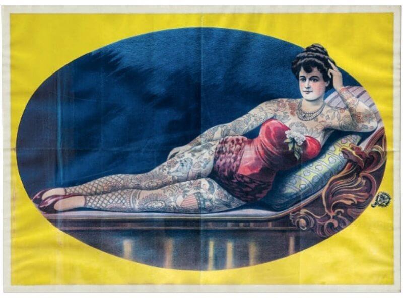 Αφίσα του 1890. Εκείνη την εποχή οι κυρίες με τατουάζ έγιναν επικερδή αξιοθέατα που χρησιμοποιήθηκαν για διαφημίσεις. Αυτή η αφίσα του Γερμανού λιθογράφου Adolph Friedländer σχεδιάστηκε έτσι ώστε να μπορεί να προστεθεί το όνομα κάθε ερμηνευτή από πάνω.