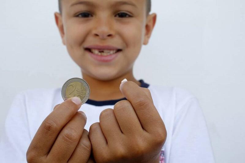 Η νεράιδα των δοντιών, αφήνει ως δώρο χρήματα ή γλυκά.