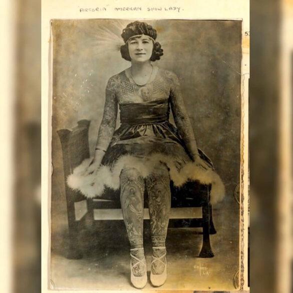 """""""Artoria American show woman"""". Η Artoria γεννήθηκε το 1893 και παντρεύτηκε έναν γνωστό καλλιτέχνη τατουάζ με το όνομα Charles """"Red"""" Gibbons. Τα ταττουάζ της ήταν αξιοθέατο."""