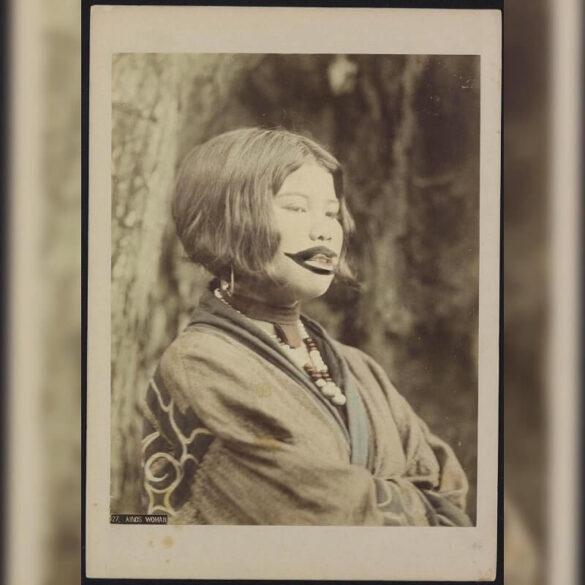 Οι Ainu, ο ιθαγενής λαός της Ιαπωνίας που τώρα ζει μόνο στο νησί του Hokaido, είναι γνωστός για το τυπικό τατουάζ τους, που μοιάζει με κλόουν, γύρω από το στόμα της γυναίκας, η οποία προοριζόταν να προστατεύσει από κακόβουλους θεούς.