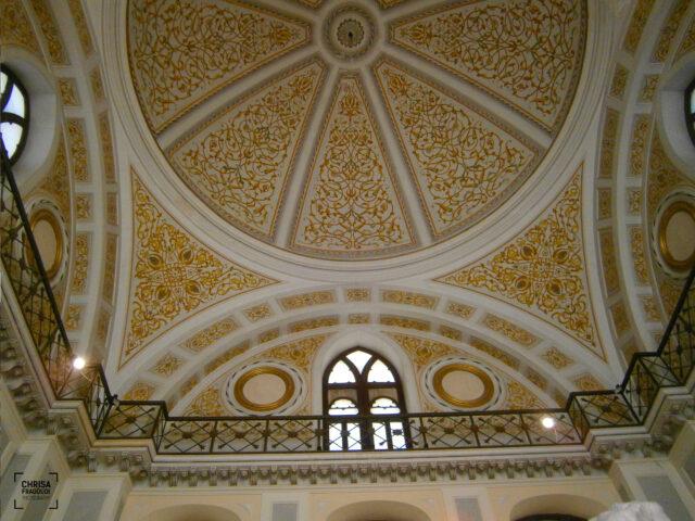 Ο θόλος του οικοδομήματος, με φυτικά μοτίβα σε αποχρώσεις του χρυσού.
