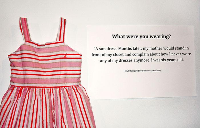 Από την έκθεση ''Τι φορούσα, όταν βιάστηκα'' που πραγματοποιήθηκε στην Μ. Βρετανία λίγα χρόνια πριν.