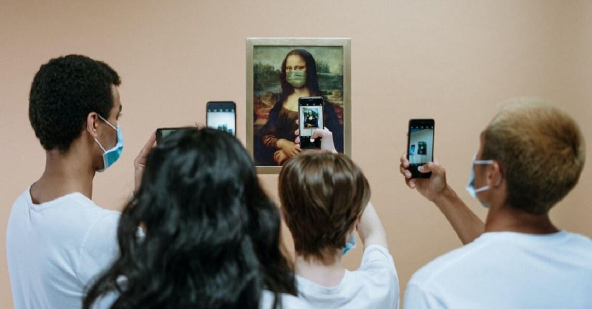Επισκέπτες φωτογραφίζουν την ψηφιοποιημένη Μόνα Λίζα