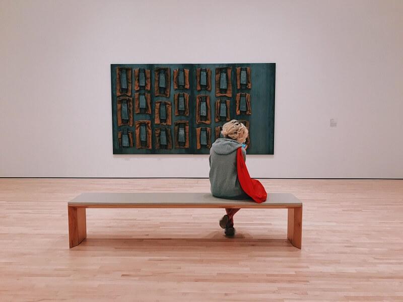 Απομονωμένη επισκέπτρια μπροστά από έργο τέχνης