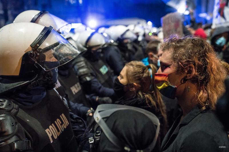 Στιγμιότυπο από τις διαδηλώσεις των γυναικών στην Πολωνία για την απαγόρευση της τεχνητής διακοπής της κύησης