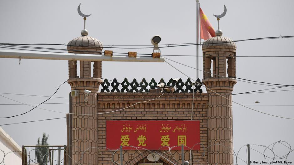 Κάμερα παρακολούθησης σε ένα από τα λίγα τζαμιά που διατηρούνται ακόμη στην Σιντζιάνγκ