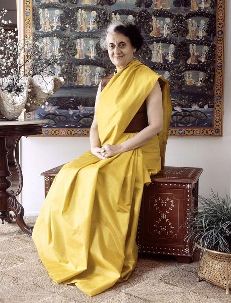 Η Ινδή πρωθυπουργός Indira Gandhi, εξέφρασε από μία άλλη οπτική του power dressing επιμένοντας σε όλες τις δημόσιες εμφανίσεις να υποστηρίζει την κουλτούρα της.