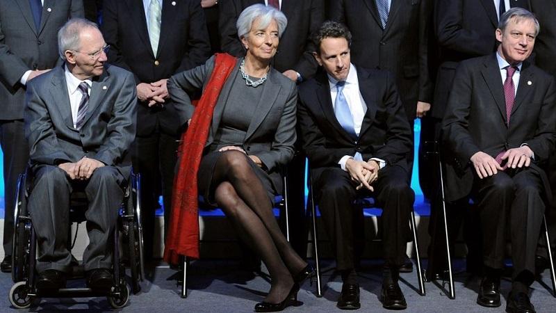 Η πολυσυζητημένη των τελευταίων ετών Christine Lagarde, πέρα των άλλων, γνωρίζει πολύ καλά πώς πρέπει να επιβληθεί ενδυματολογικά, χωρίς να είναι ποτέ αναμενόμενη, σε μία στερεοτυπική κατά βάση εμφάνιση