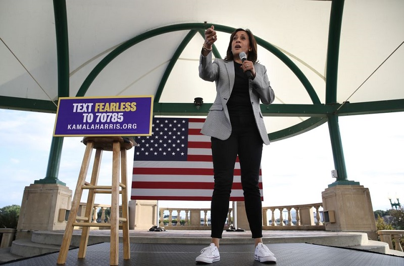 Η Kamala Harris, η πρώτη γυναίκα αντιπρόεδρος των Η.Π.Α., πέραν της πολιτικής ανανέωσης που φέρει. φορώντας τα πρόχειρα sneakers της, εκφράζει πλέον την πιο πρόσφατη τάση του power dressing