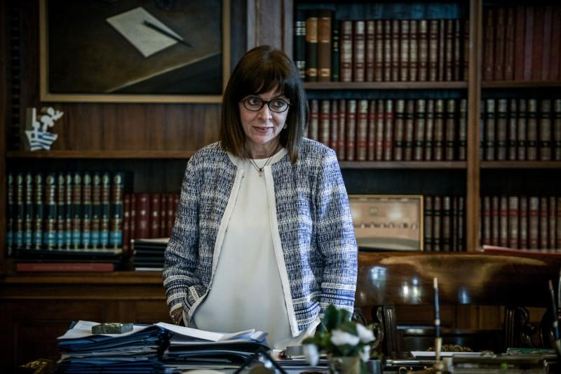 Η Πρόεδρος της Δημοκρατίας, Κατερίνα Σακελλαροπούλου, δείχνει άνετη σε κάθε της ενδυματολογική επιλογή, υποστηρίζοντας πλήρως τον νέο θεσμικό της ρόλο