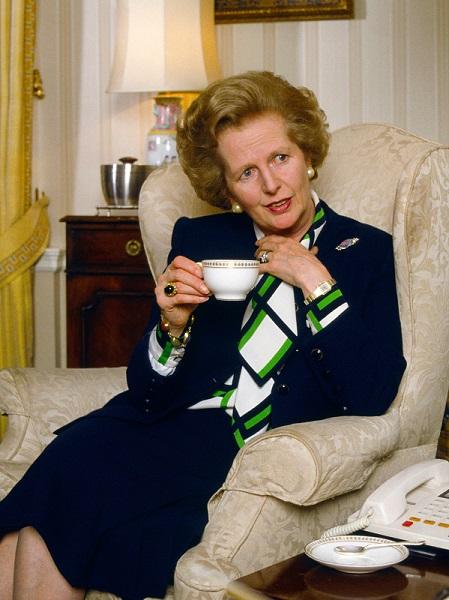 """Η """"Σιδηρά Κυρία"""" παρά τη θύελλα αντιδράσεων που προκαλούσε η πολιτική των μεταρρυθμίσεων της, αποτελεί ακόμη και σήμερα παράδειγμα της πιο θηλυκής εκδοχής του power dressing."""