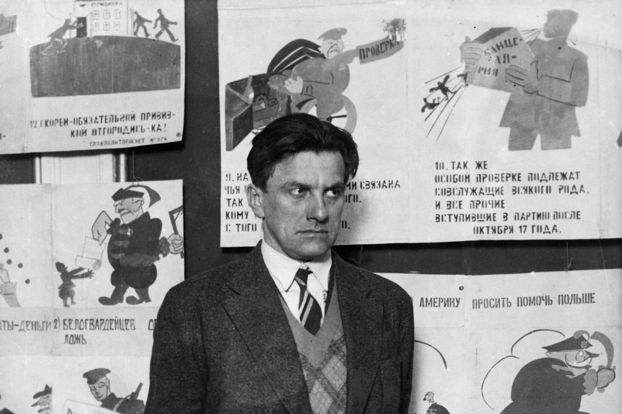 Ο Μαγιακόφσκι φωτογραφίζεται μπροστά από έργα του