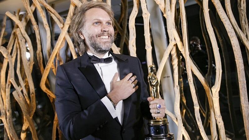 """Ο Florian Zeller κρατώντας το χρυσό αγαλματίδιο για την νίκη του στην κατηγορία Καλύτερου Διασκευασμένου Σεναρίου για την ταινία """"The Father"""""""
