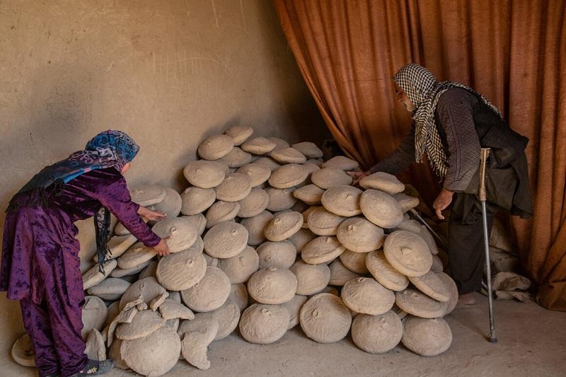 Στο δροσερό μέρος η οικογένεια του Ahmadi τοποθετεί τα σκεύη που διατηρούν τα σταφύλια φρέσκα όλο τον χρόνο