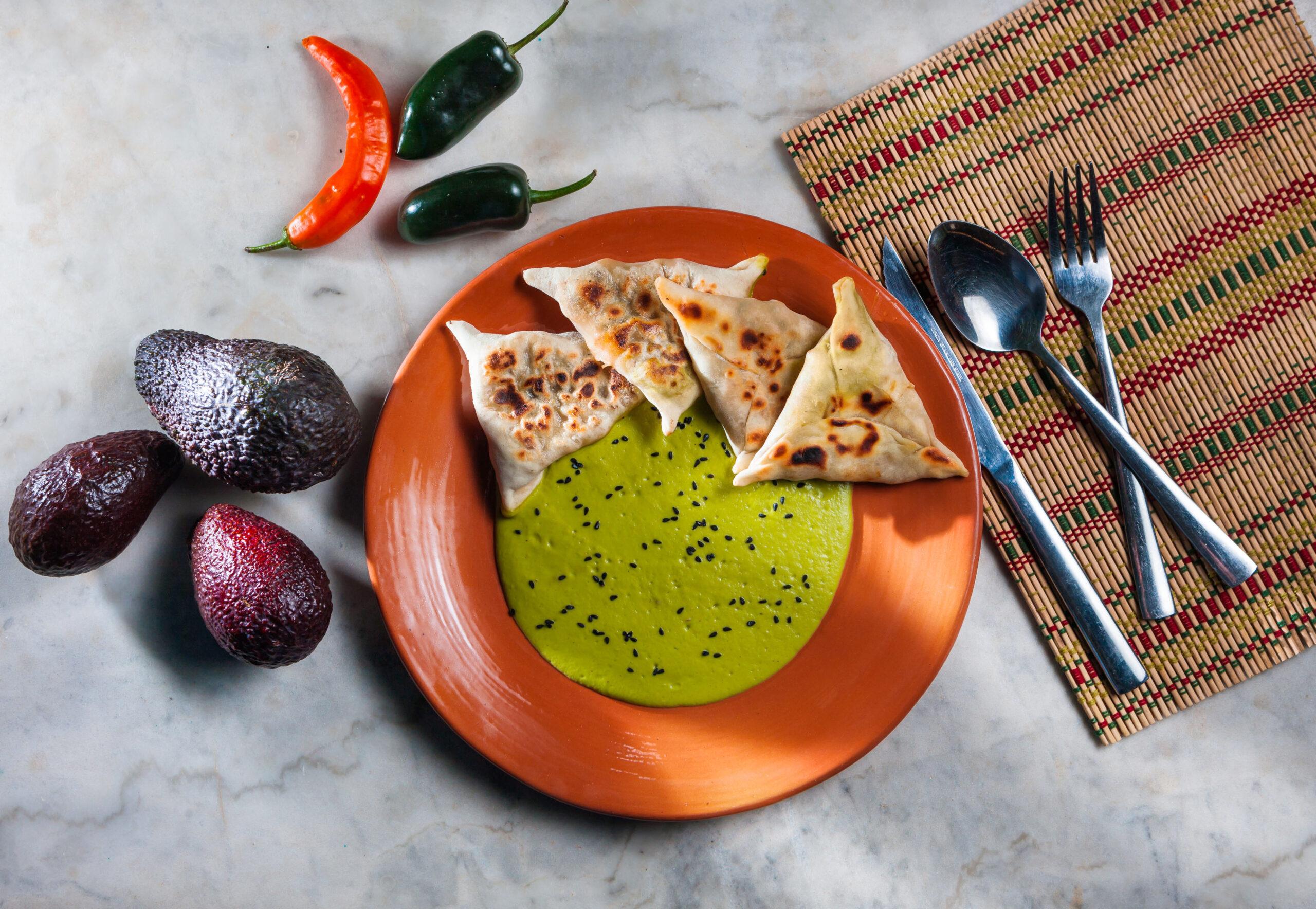 Καλτσούνια με γέμιση από γαρίδες, ελιές και σάλτσα αβοκάντο