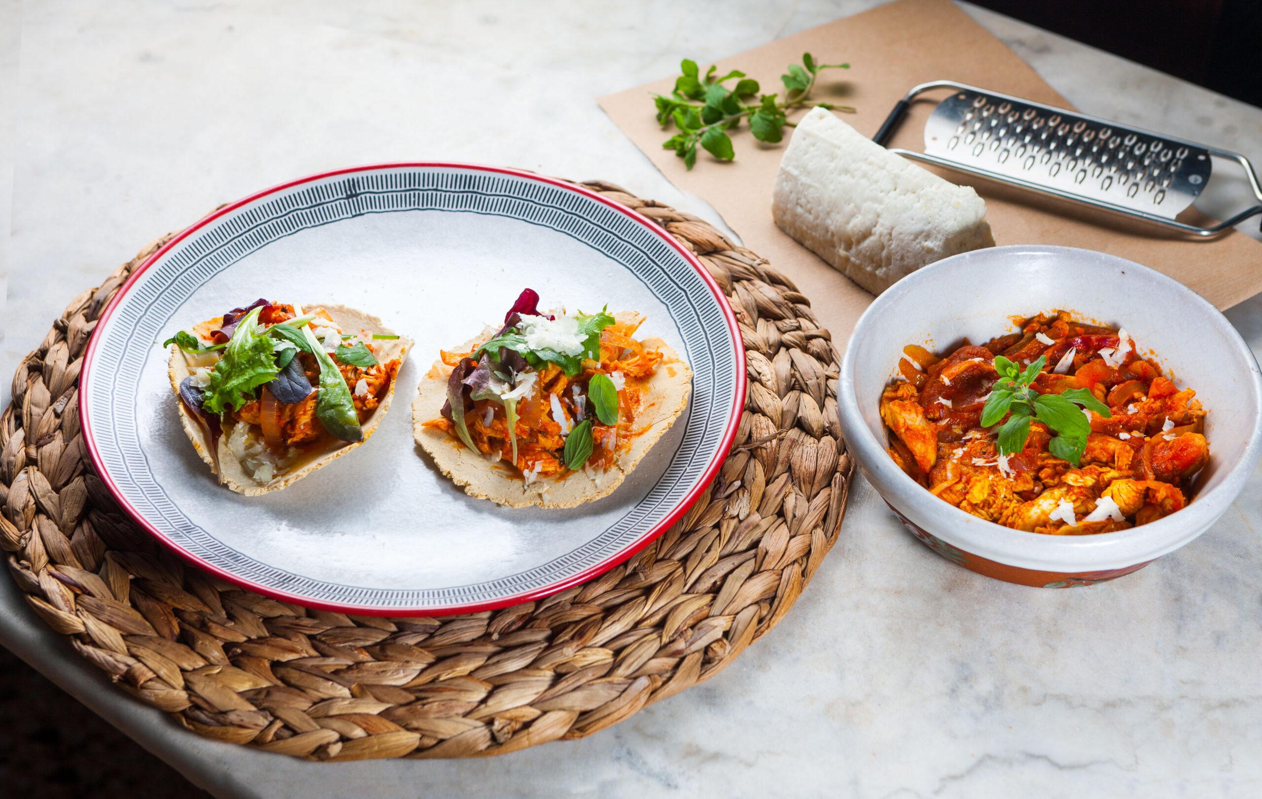 Τοστάδας με κοτόπουλο tinga σε καπνιστή σάλτσα ντομάτας και ξηρό ανθότυρο