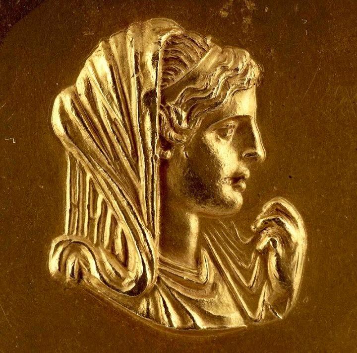 Λεπτομέρεια από χρυσό μετάλλιο με εξιδανικευμένη απεικόνιση της Ολυμπιάδας, Αρχαιολογικό Μουσείο Θεσσαλονίκης