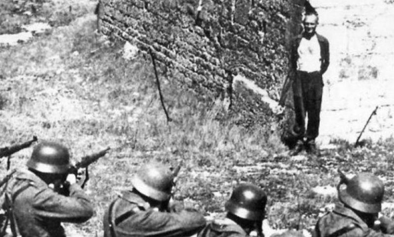 Ο εκτελούμενος στέκεται όρθιος περιμένοντας τον τυφεκισμό.