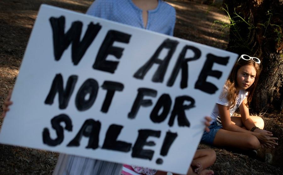 Δεν είμαστε προς πώληση!